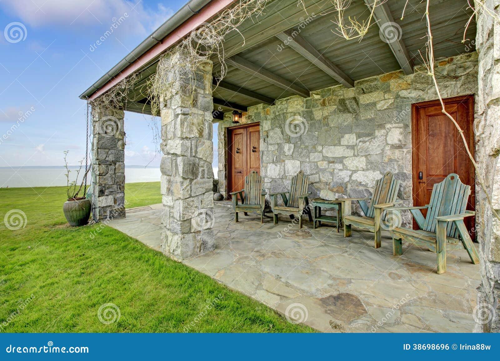 Vista del portico aperto spazioso di pietra immagine stock for Avvolgere le planimetrie del portico