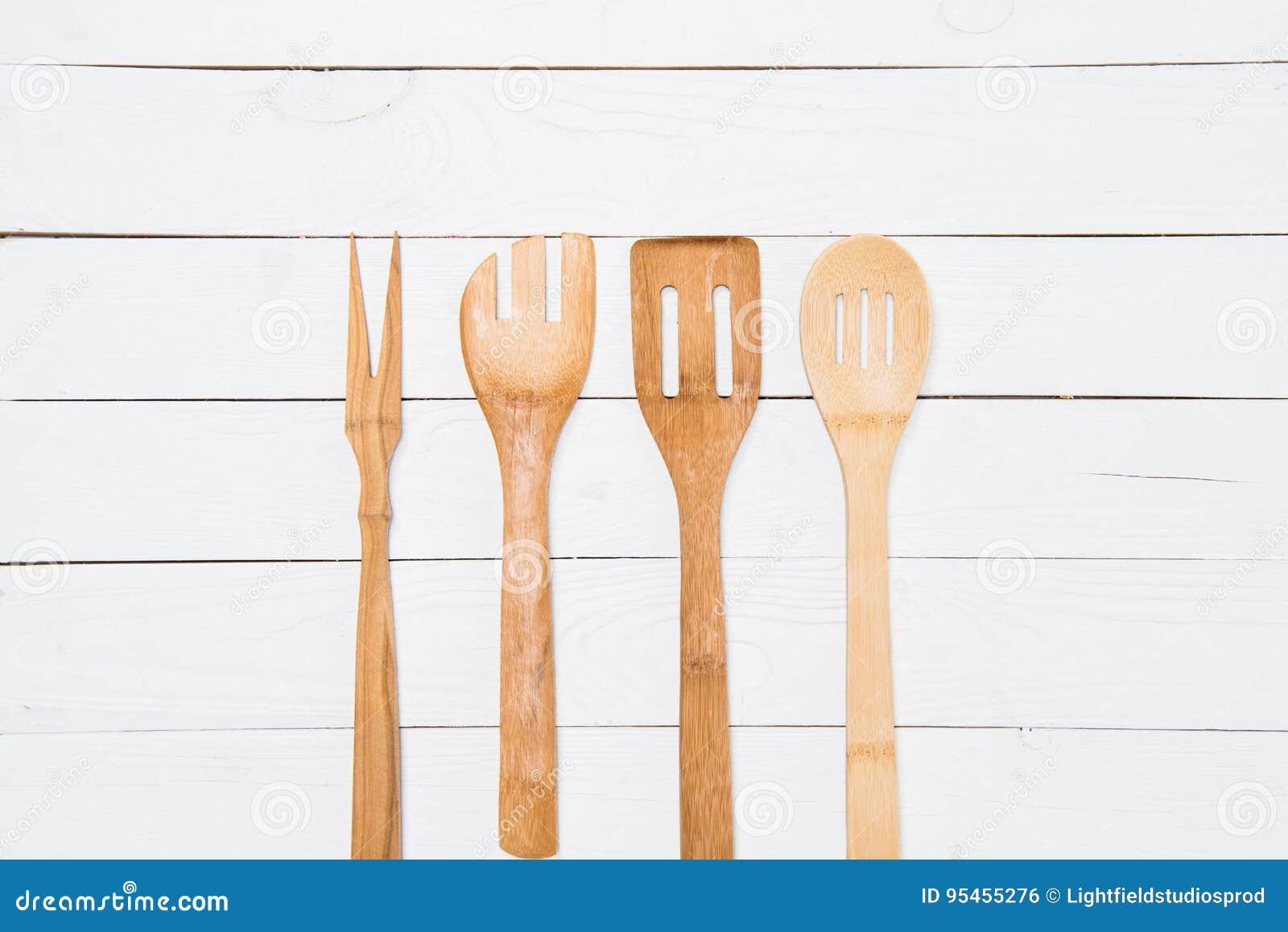 Vista del primo piano dell insieme di vari utensili da cucina di legno