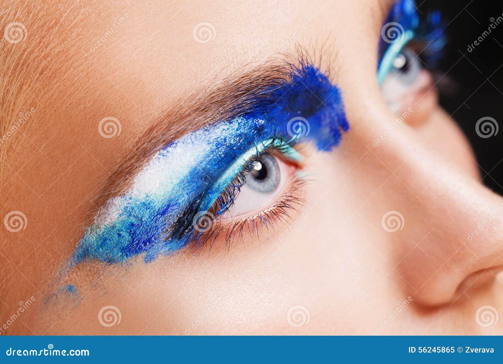 Vista del primo piano dell occhio azzurro della donna con bello