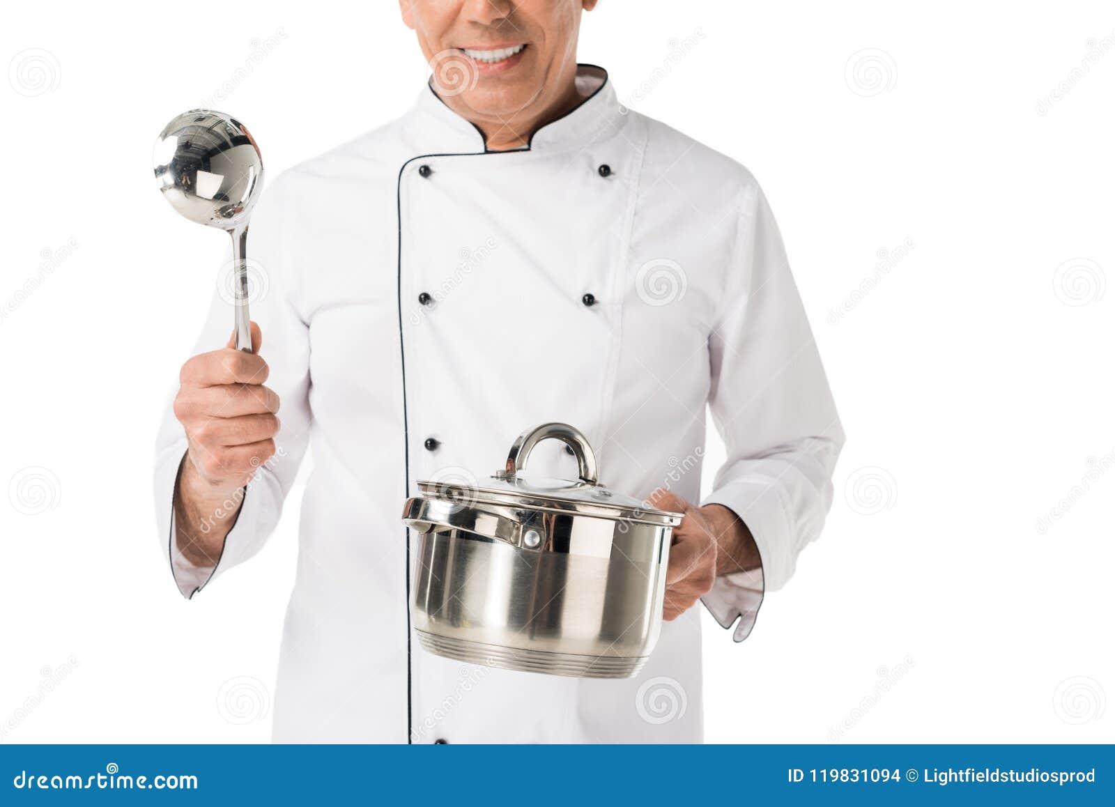 Vista del primo piano della pentola e della siviera in mani del cuoco unico