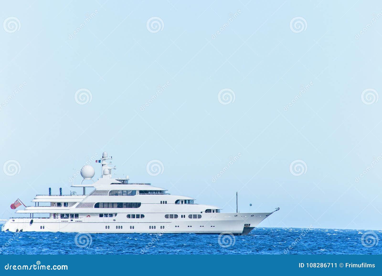 Vista del primo piano di luce del giorno agli yacht bianchi che girano sull isolato dell acqua