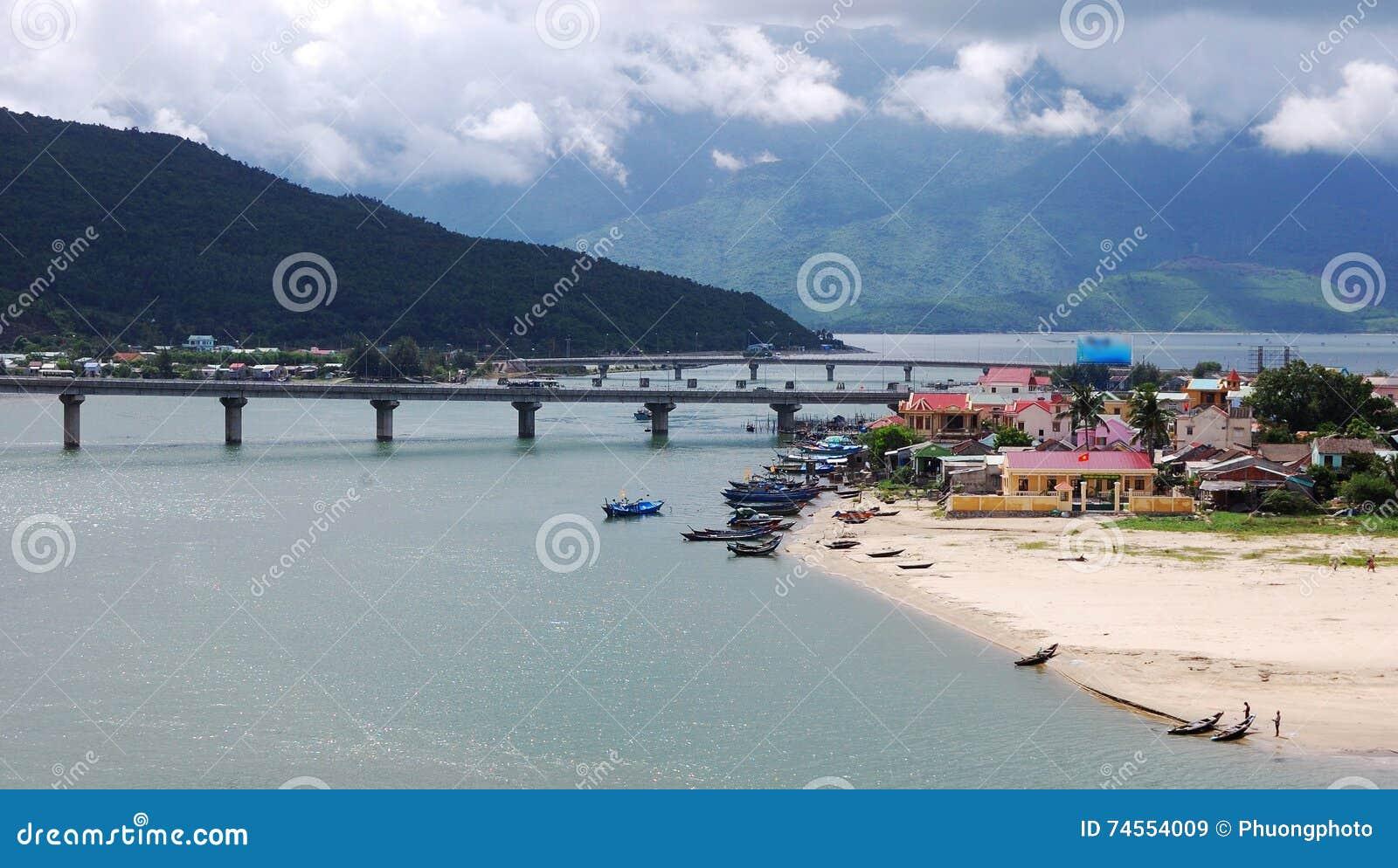 Vista del pueblo en tonalidad, Vietnam de Lang Co