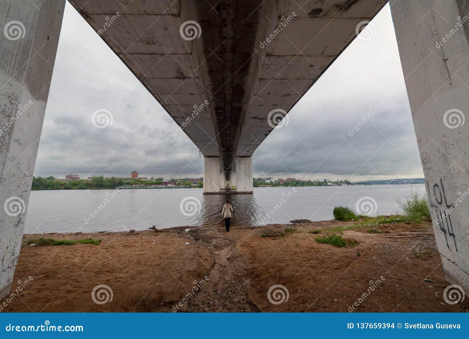 Vista del puente simetría Kostroma Rusia