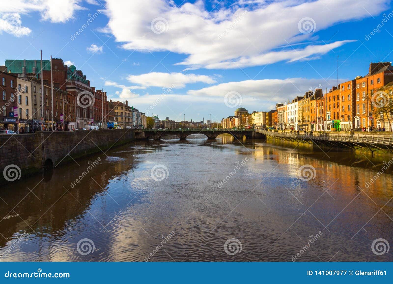 Vista del puente sobre el río Liffey en Dublín