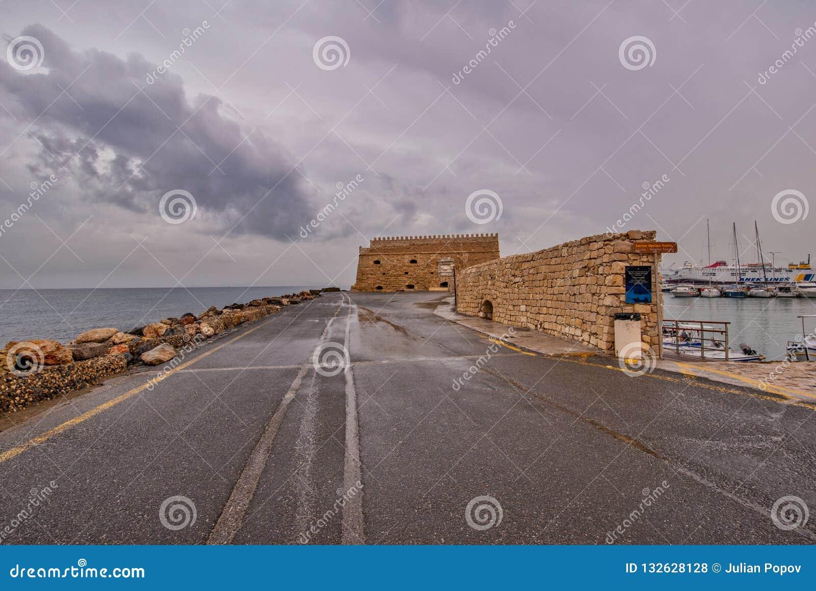 Vista del puerto de Heraklion del fuerte veneciano viejo Koule, Cret