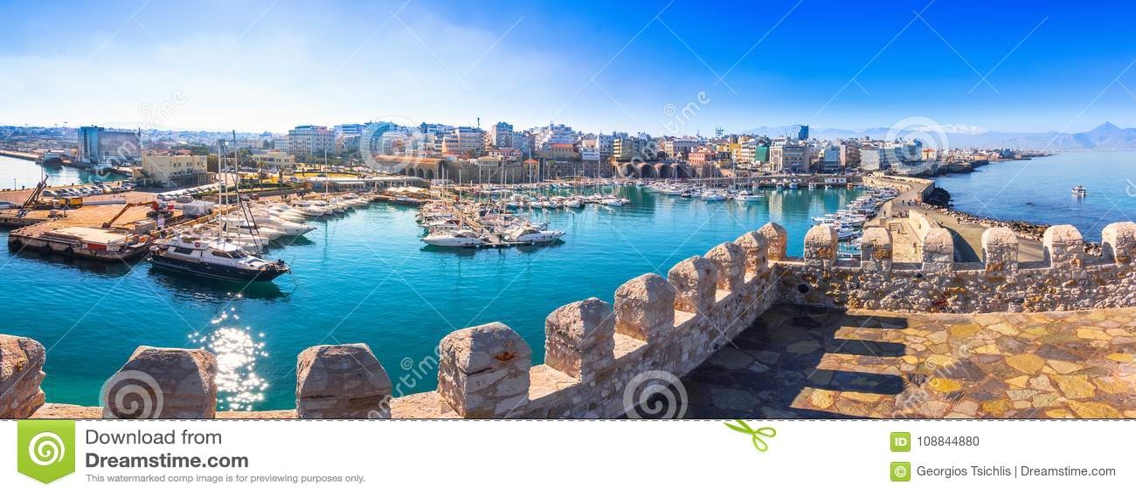 Vista del puerto de Heraklion del fuerte veneciano viejo Koule, Creta, Grecia