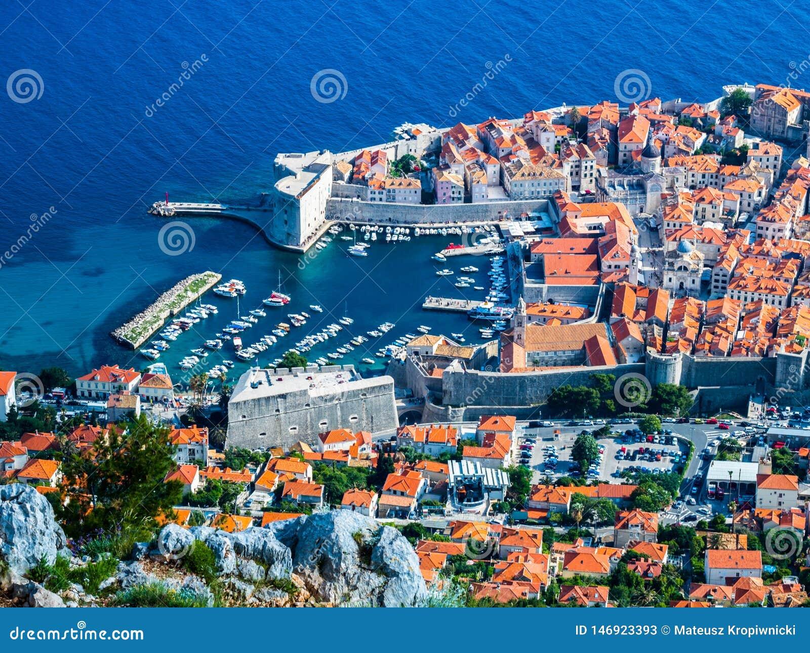 Vista del puerto y de la ciudad vieja en la ciudad de Dubrovnik