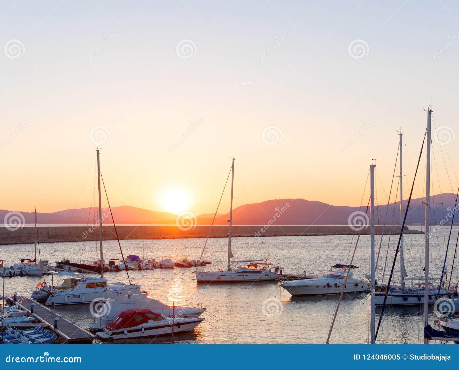 Vista del puerto y de los barcos hermosos en Alghero, Cerdeña, Italia