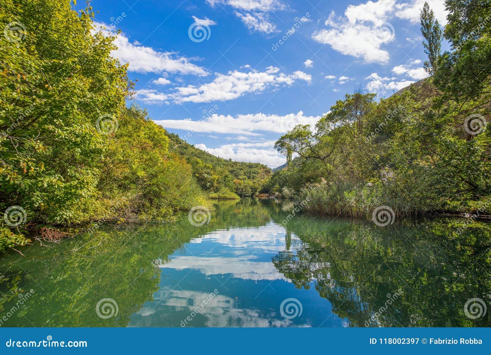 Vista del río de Cetina alrededor de la ciudad de Omis Almissa, barrancos/río/verde/montañas de Dalmacia, Croacia