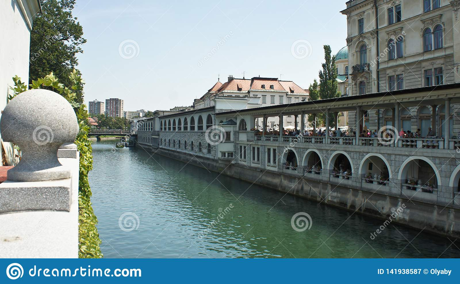 Vista del río de Ljubljanica en ciudad vieja, arquitectura hermosa, día soleado, Ljubljana, Eslovenia