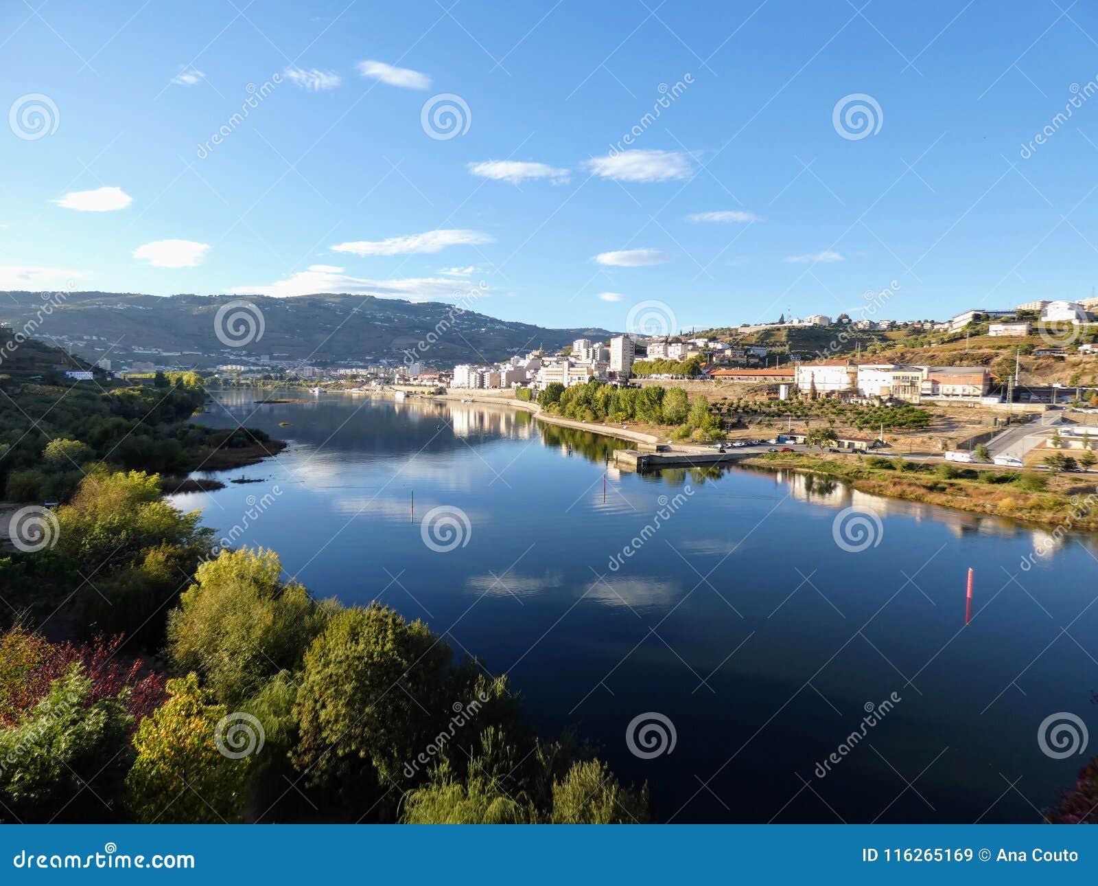 Vista del río del Duero del puente peatonal de Regua, Portugal