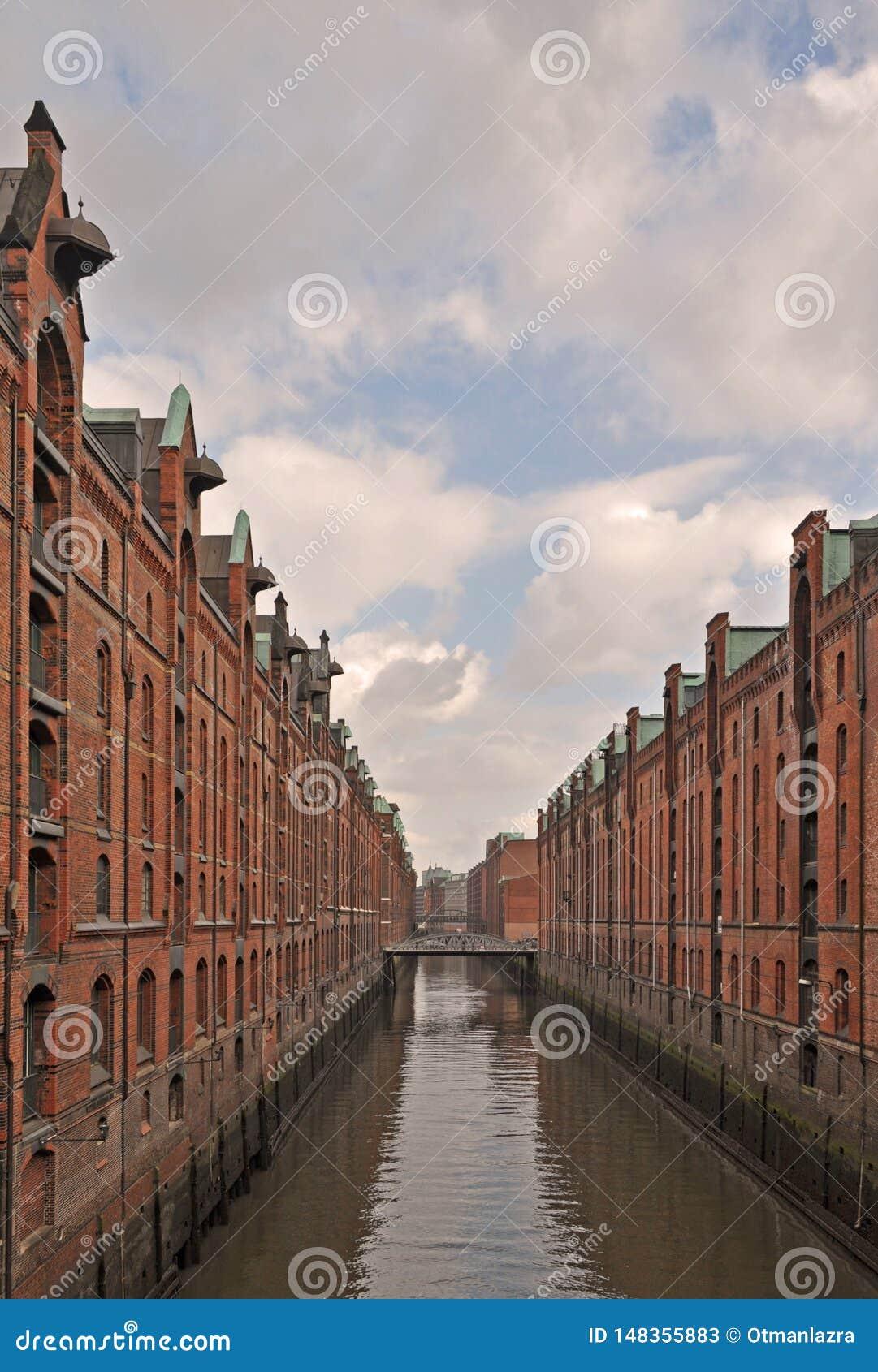 Vista del río Elba, pasando a través del Speicherstadt icónico o del distrito viejo de la fábrica y del almacén en la ciudad de H