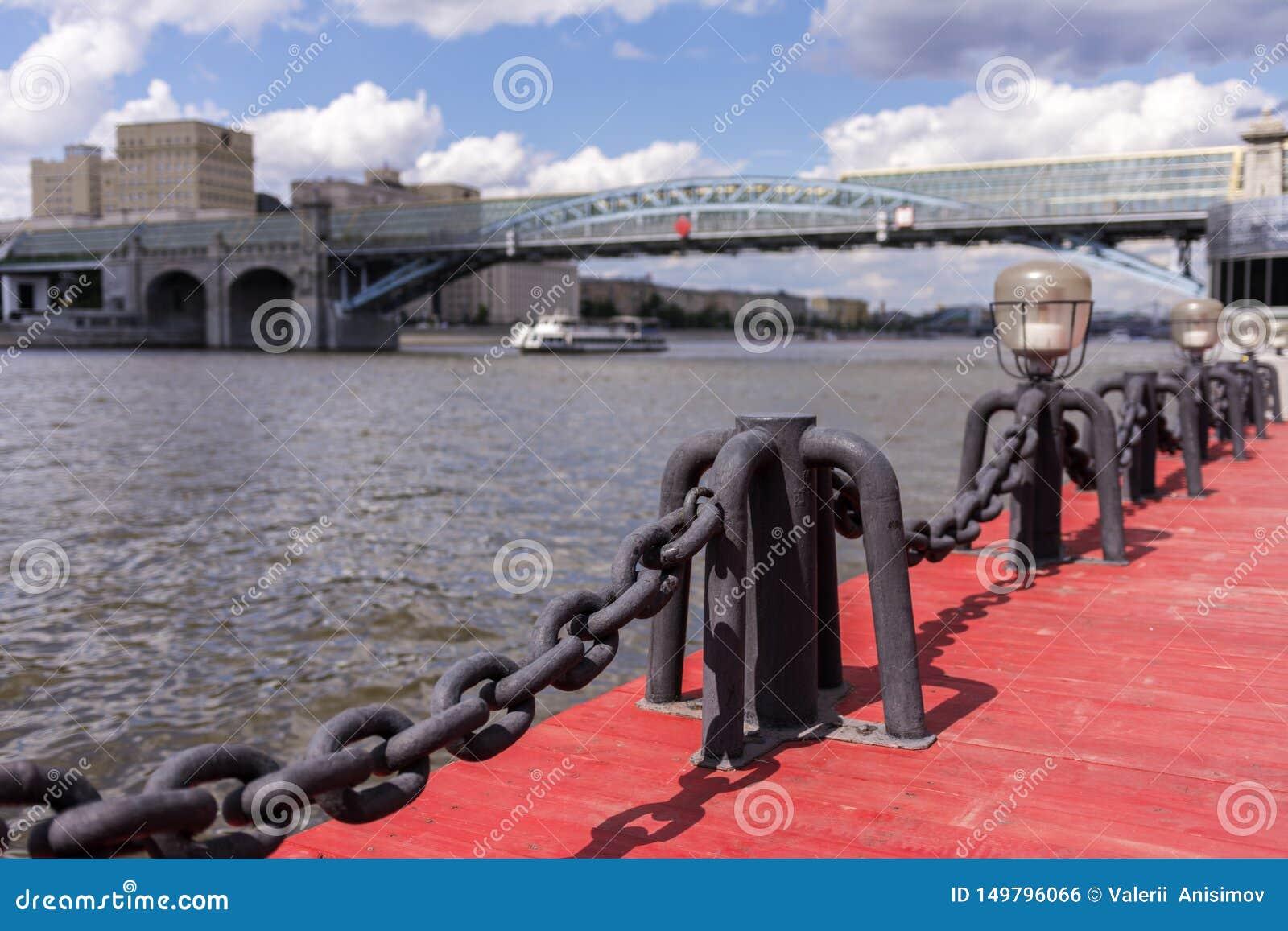 Vista del r?o de Mosc? Nave y puente del río La agudeza de la cadena