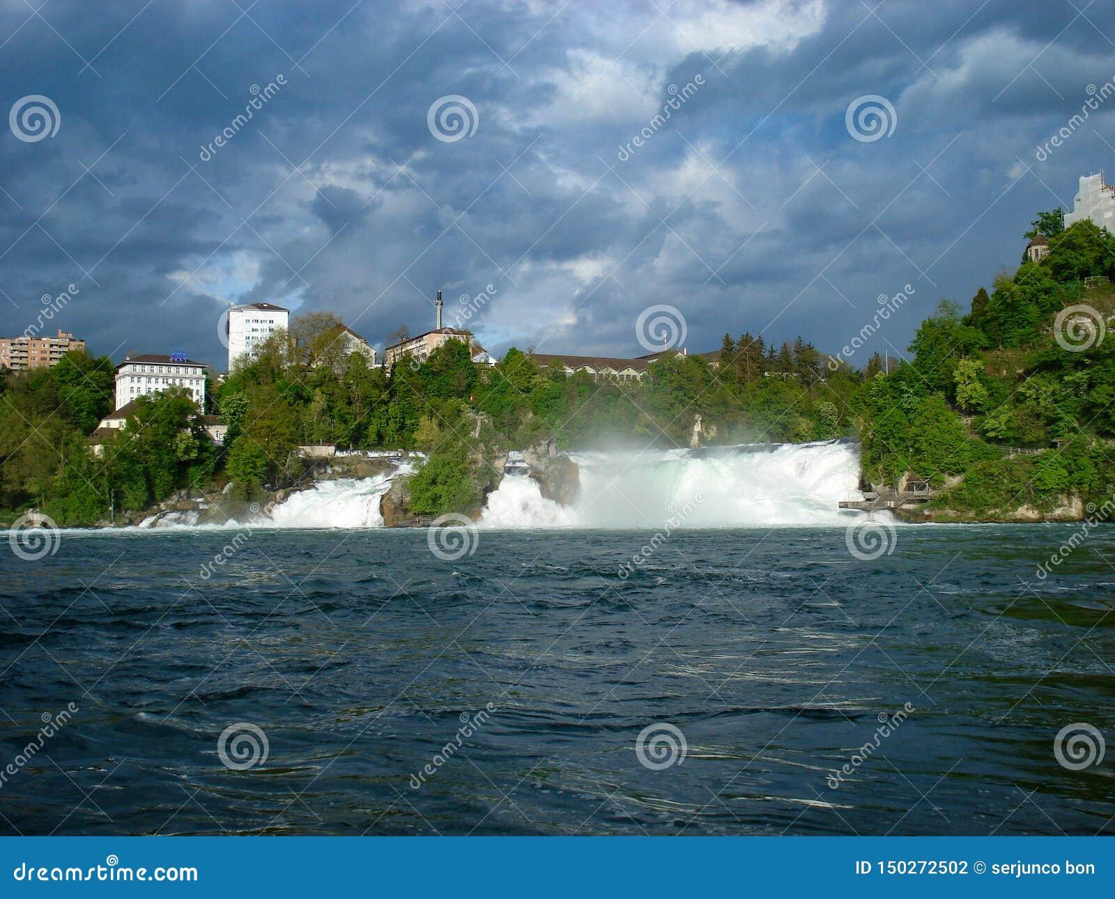 Vista del Rhine Falls Son una de las cascadas más grandes y más conocidas de Europa Localizado en Suiza muy cercana a