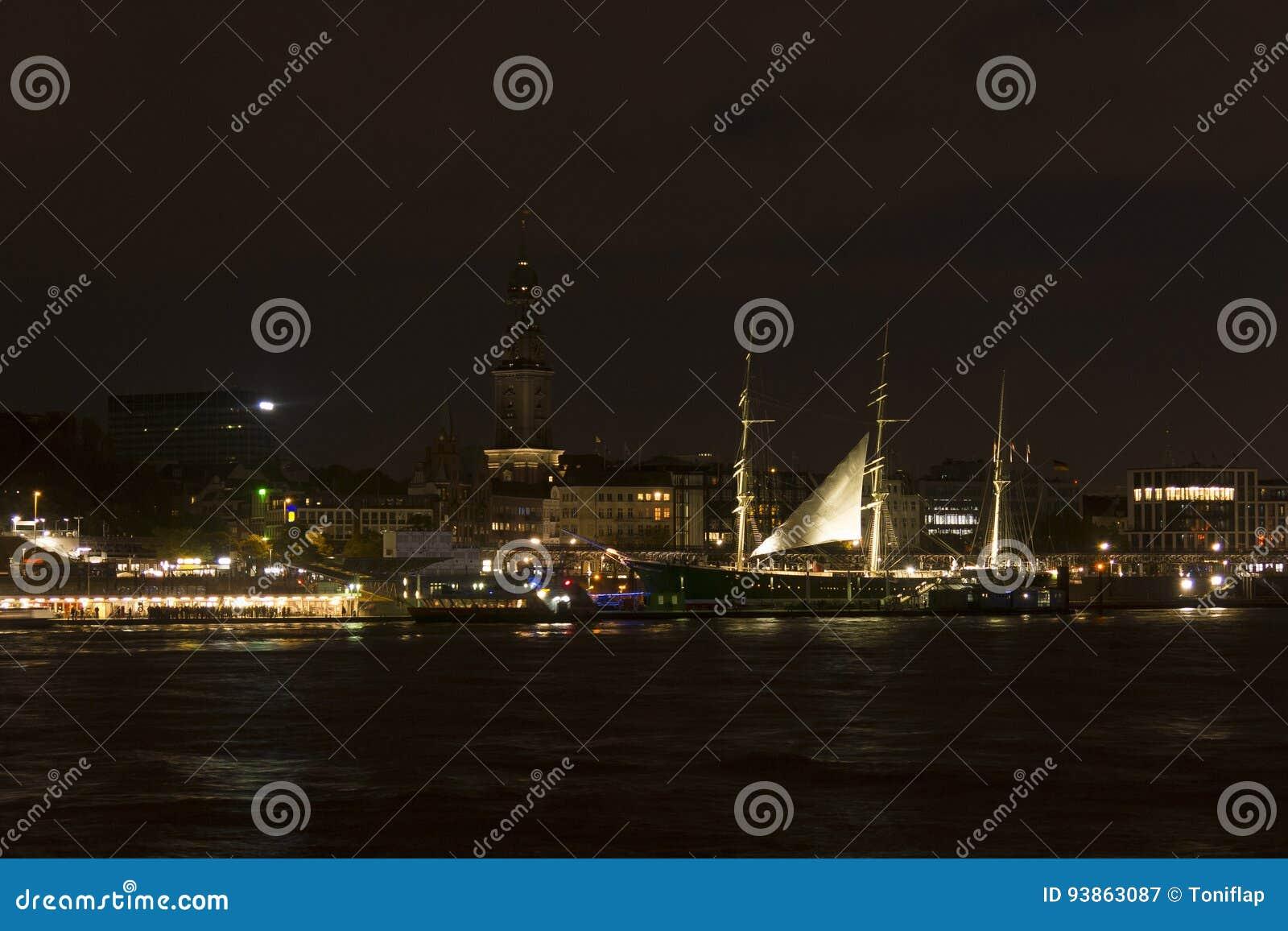 Vista del St Pauli Piers por la noche, una de tou del comandante del ` s de Hamburgo