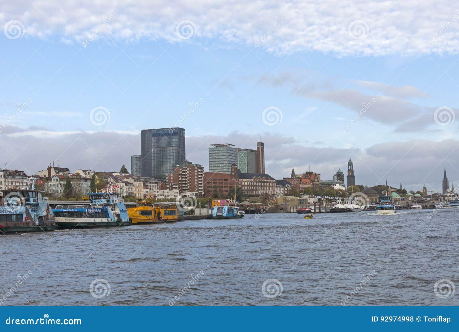 Vista del St Pauli Piers, una de attr del turista del comandante del ` s de Hamburgo