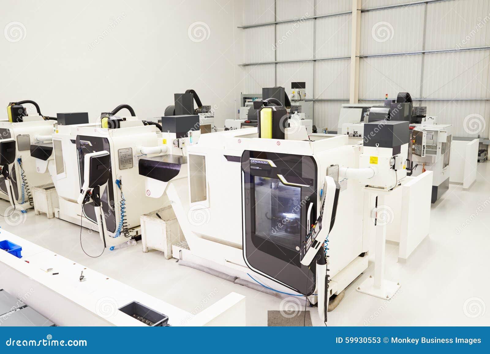 Vista del taller vacío de la ingeniería con las máquinas del CNC