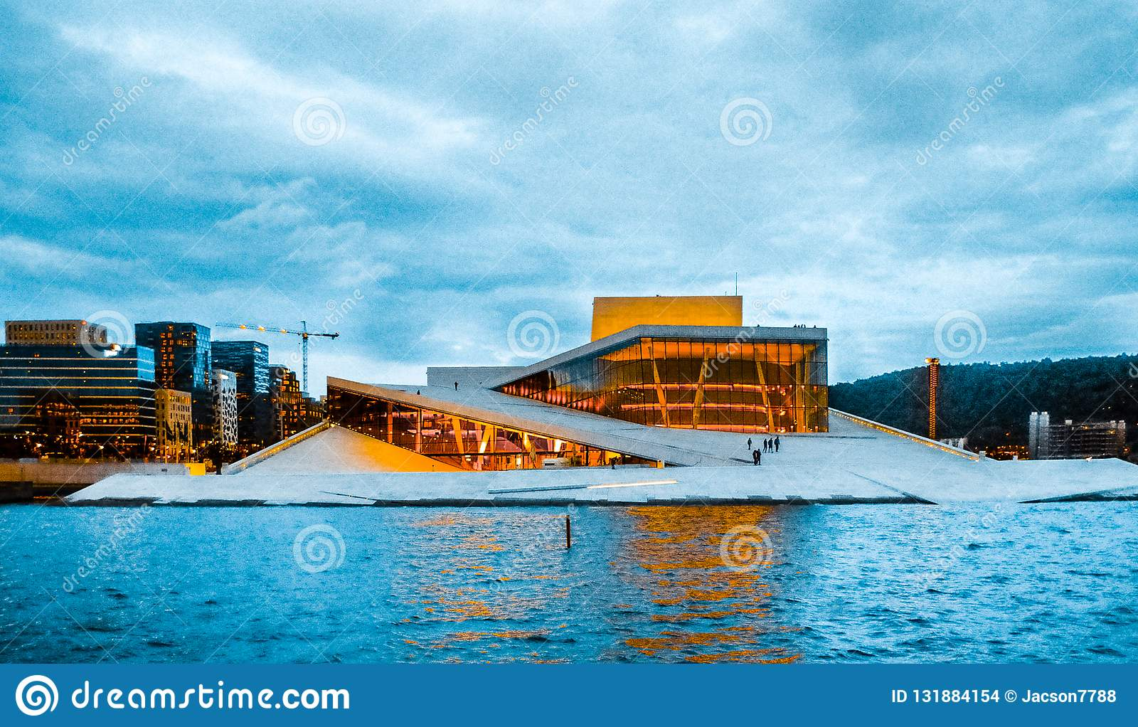 Vista del teatro de la ópera de Oslo en Oslo, Noruega