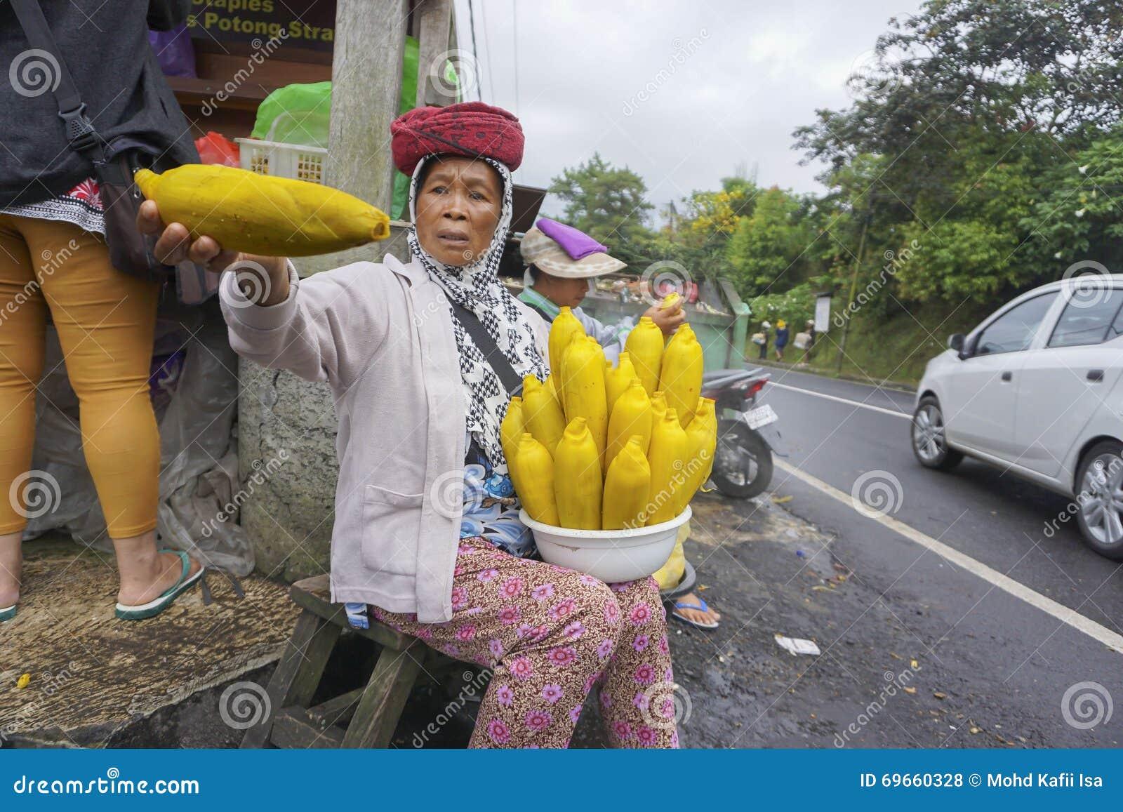 Vista del venditore ambulante e del mercato a Kintamani in Bali