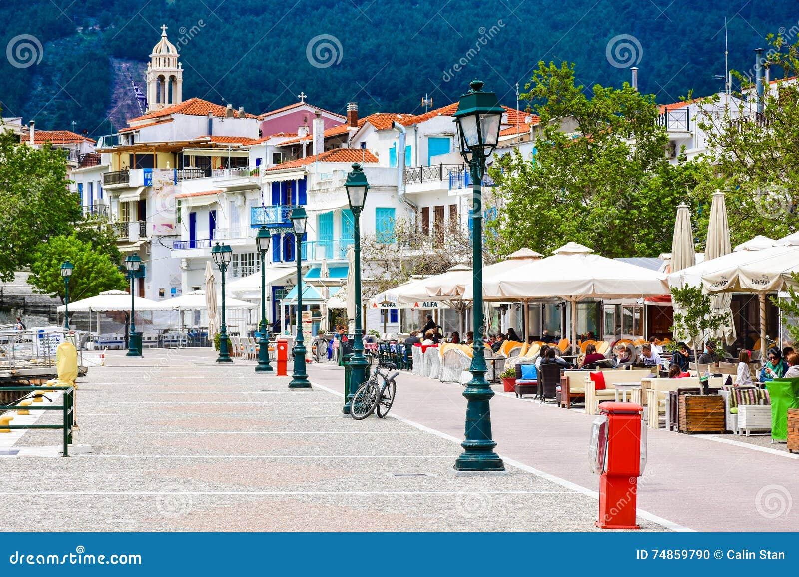 Vista Del Villaggio Della Città Di Skiathos Immagine Editoriale - Immagine  di casa, daylight: 74859790