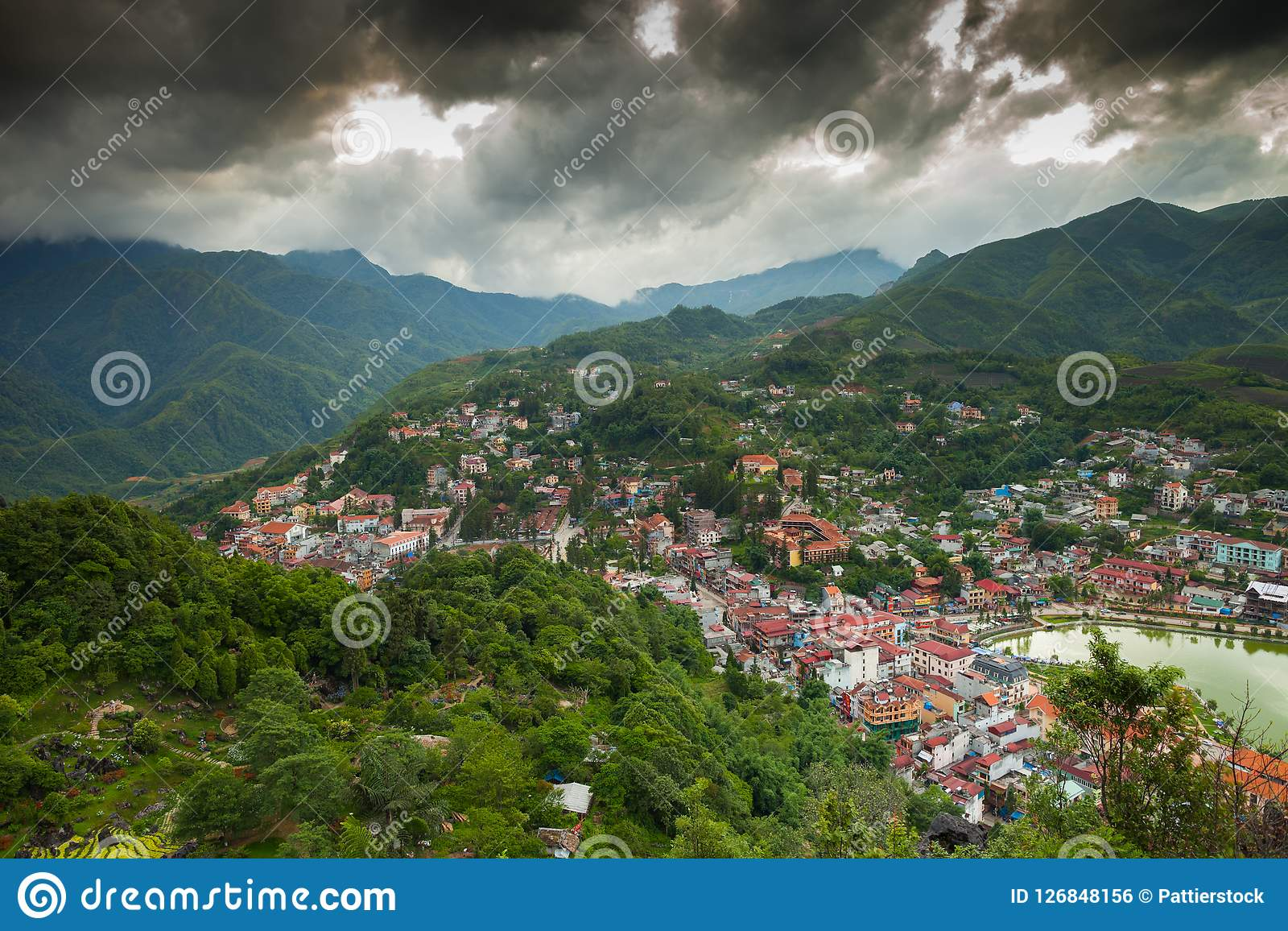 Vista del villaggio della città intorno alla montagna verde al Vietnam