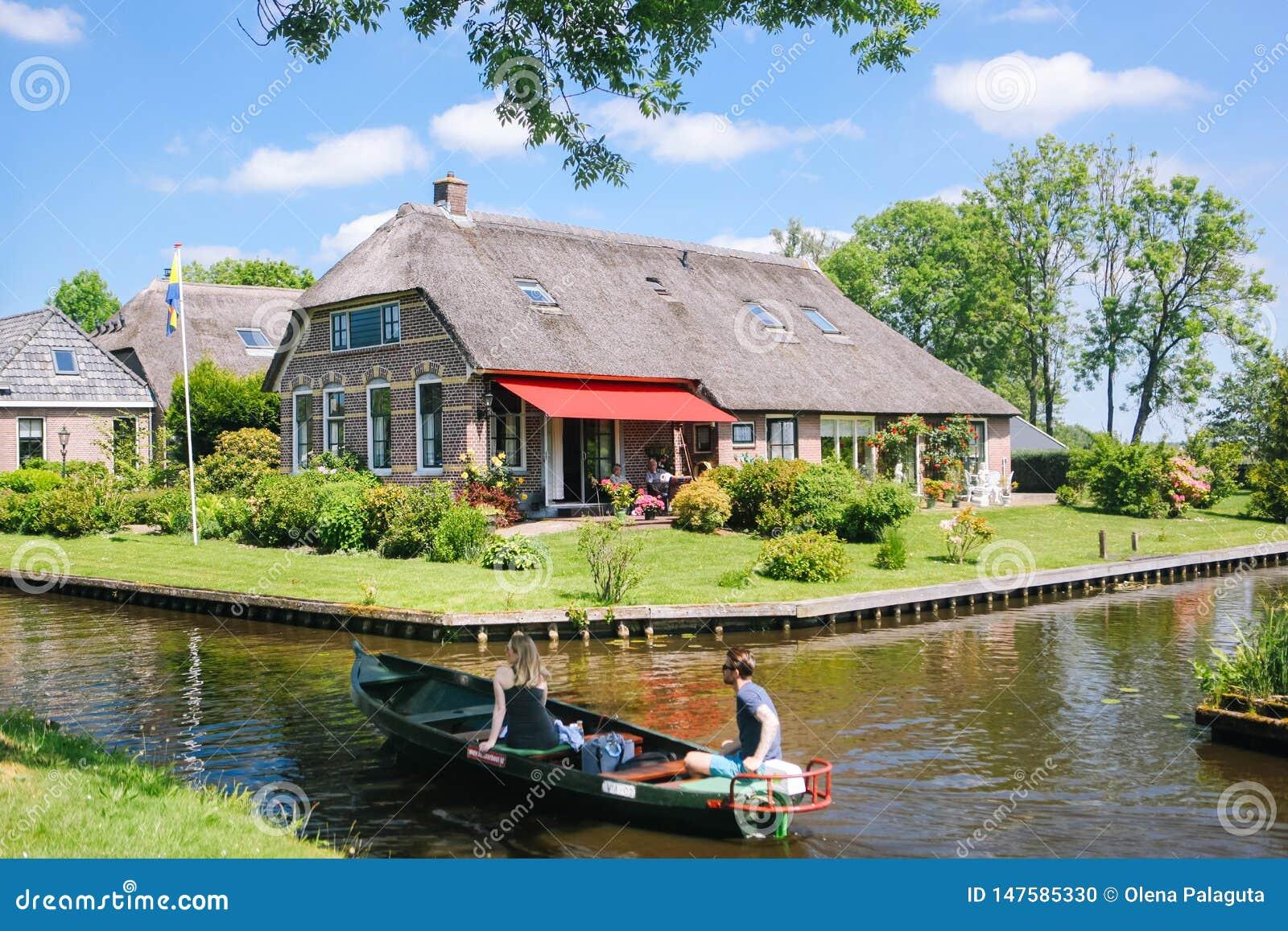 Vista del villaggio famoso di Giethoorn con i canali nella provincia ?di Overijssel