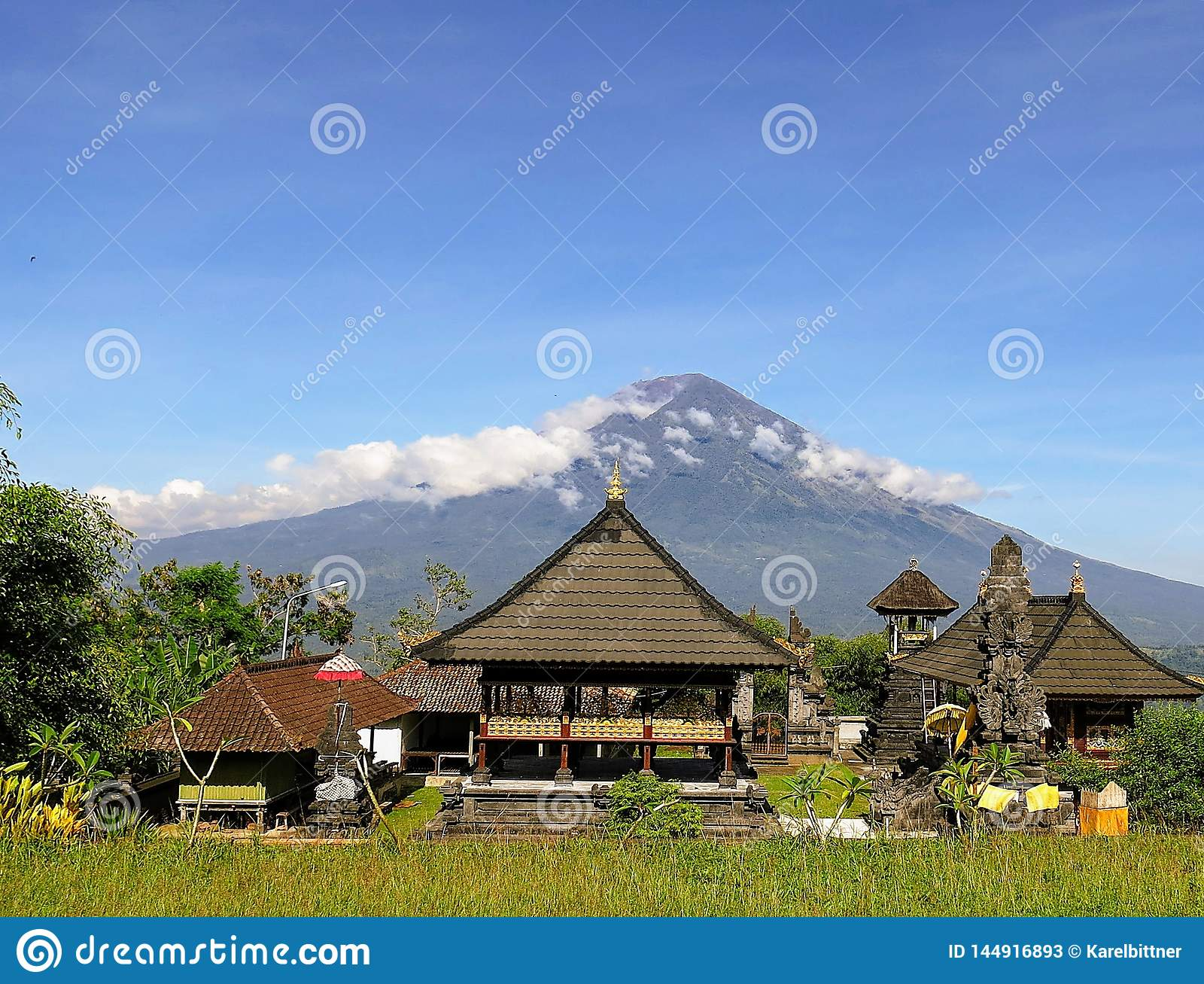 Vista del volcán Gunung Agung en la isla de Bali en Indonesia