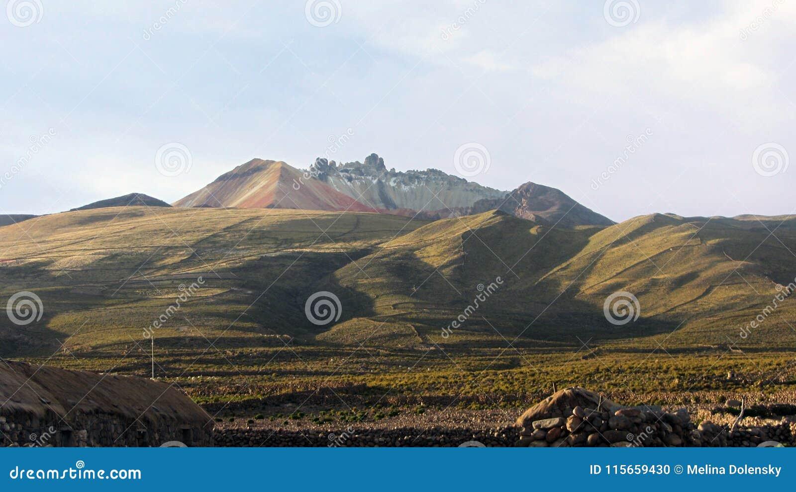 Vista del vulcano Tunupa dalla città di Chatahuana
