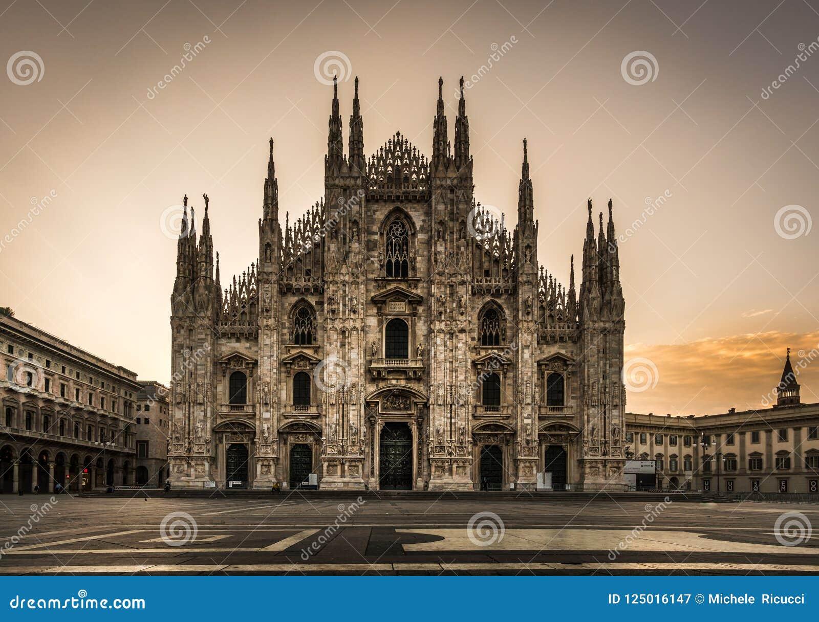 Vista delantera de la catedral del duomo de la plaza de Milano en la noche