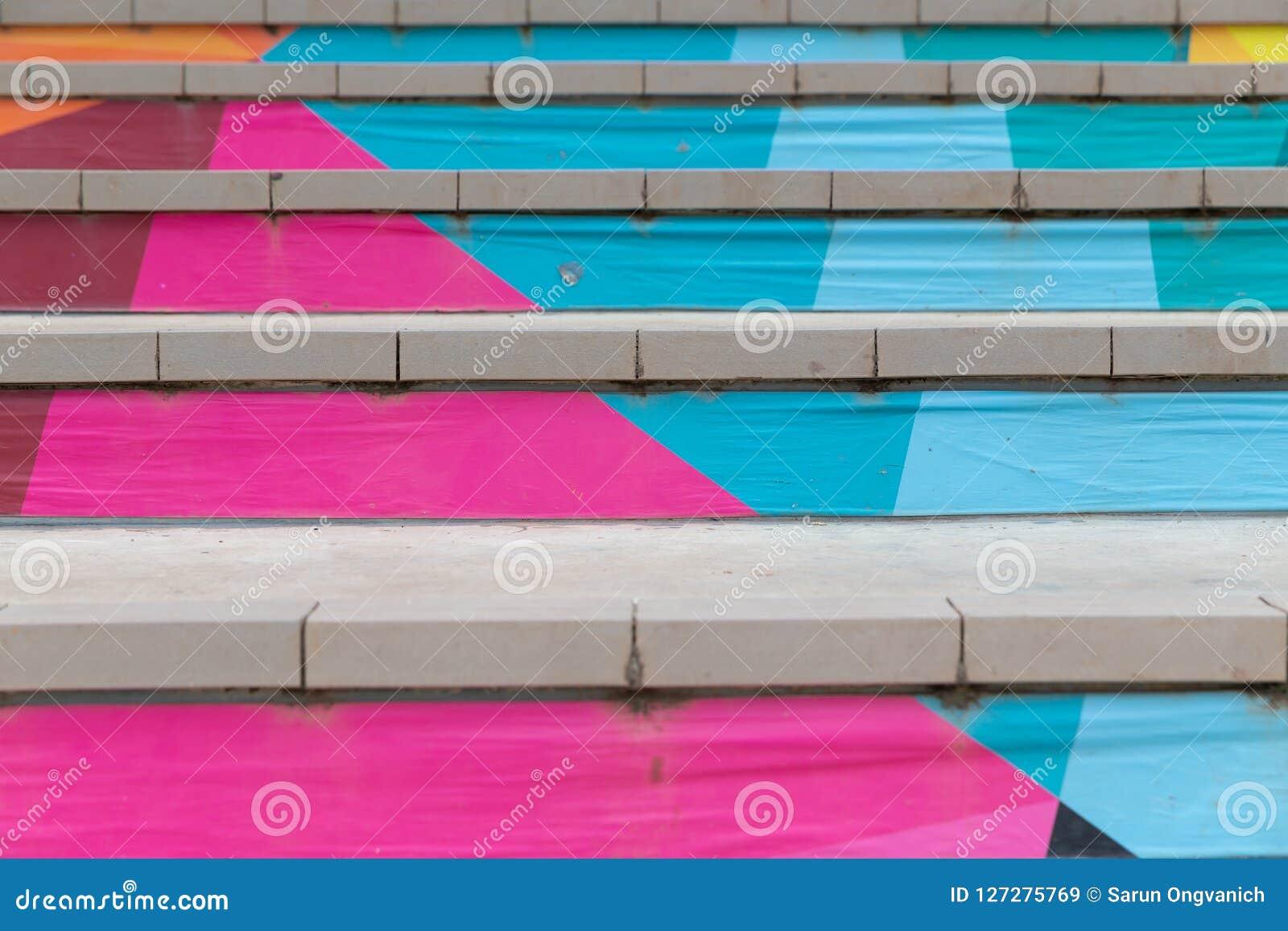 Vista delantera de la escalera con los pasos pintados en colorido abstracto