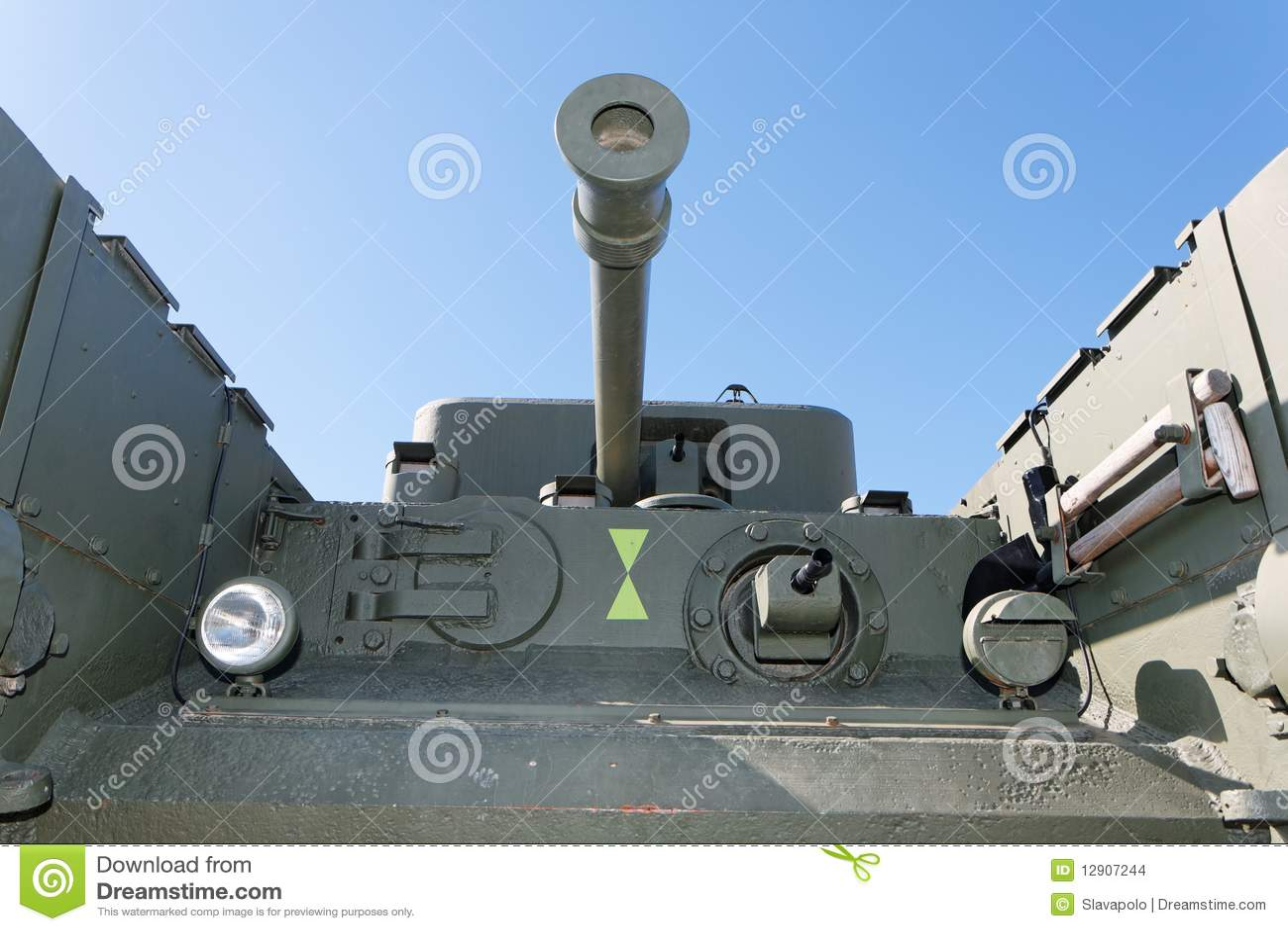 Vista delantera del tanque británico viejo de Churchill
