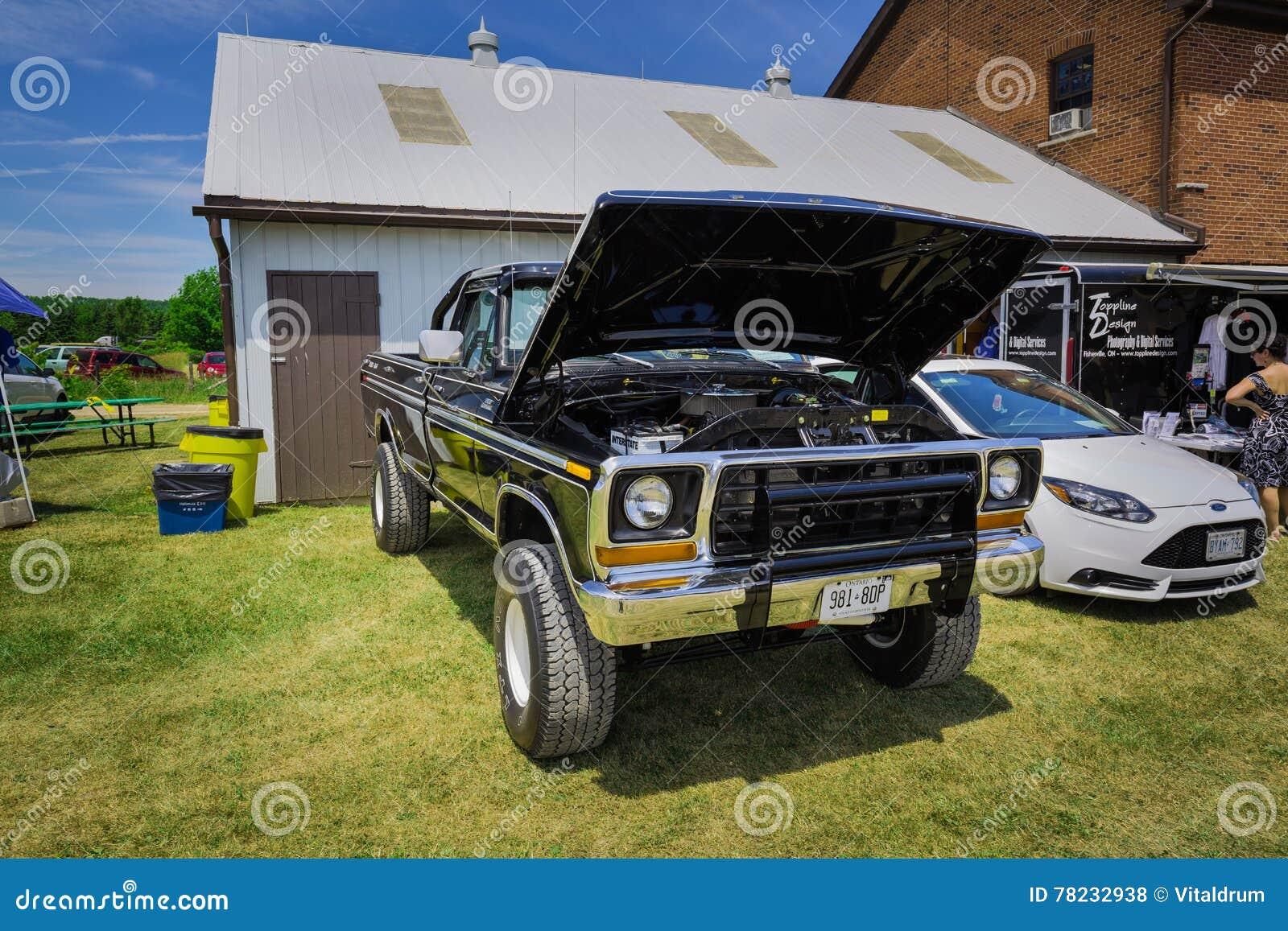Vista delantera delantera asombrosa de la camioneta pickup retra de SUV del vintage clásico