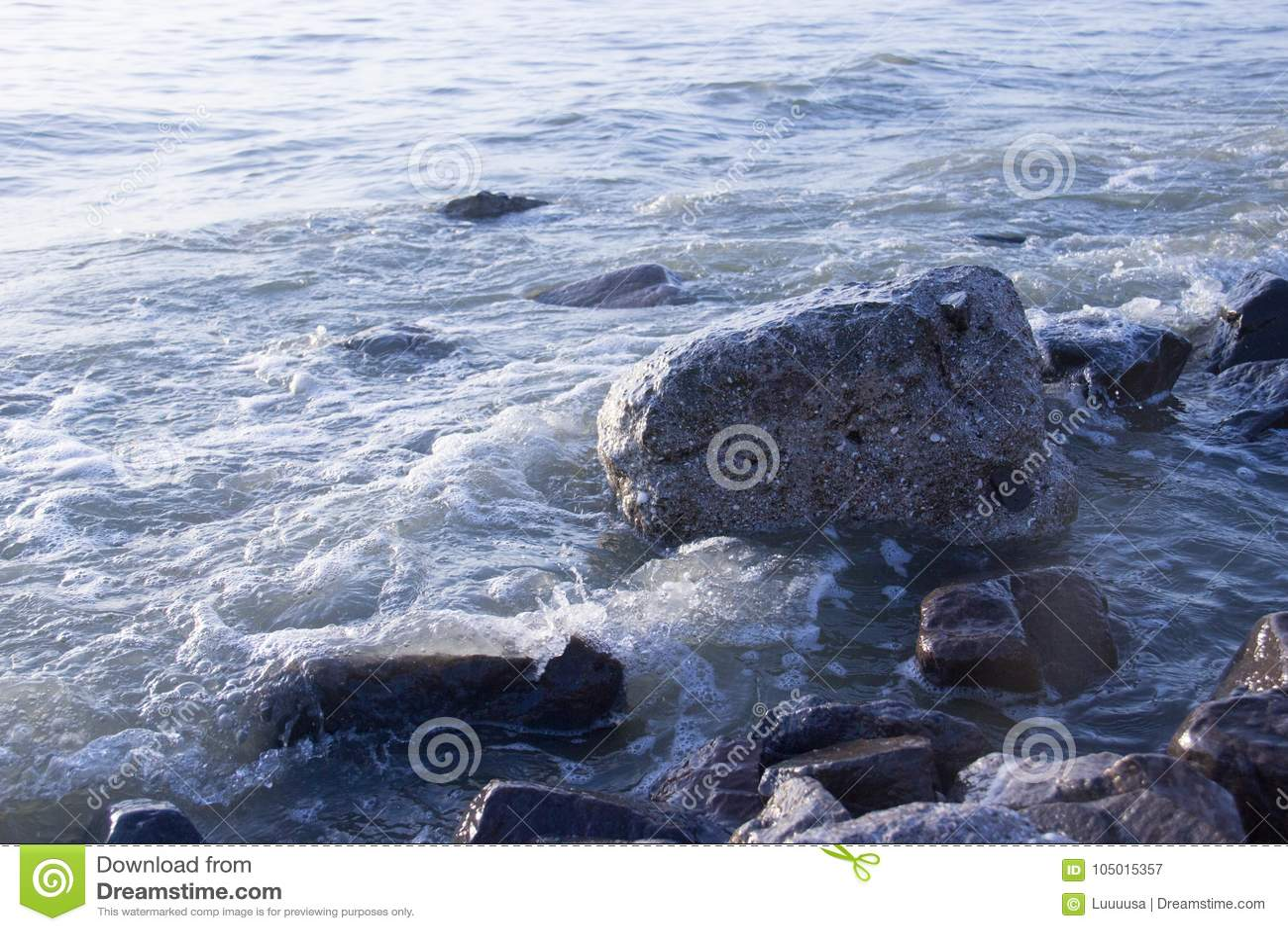 Vista dell 39 alba alla spiaggia con il chiaro cielo onde - Alla colorazione della spiaggia ...