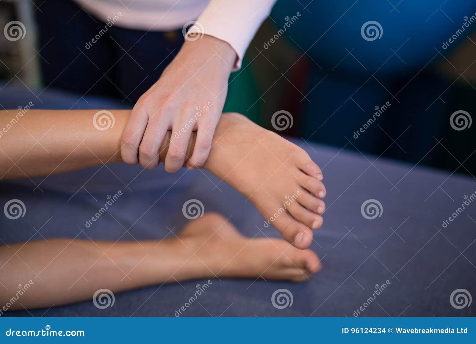 Angolo Letto Ospedale : Vista dell angolo alto dei piedi d esame del terapista femminile