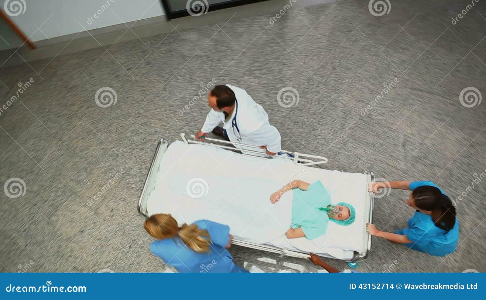 Angolo Letto Ospedale : Vista dell angolo alto di un gruppo dell ospedale che spinge un