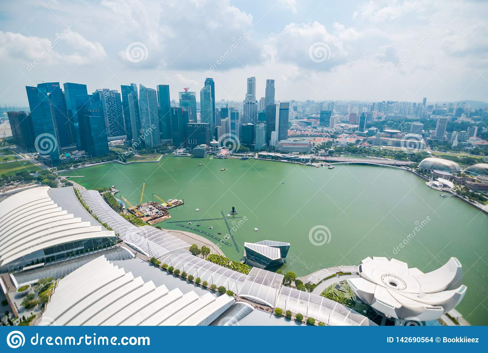 Vista dell orizzonte del centro direzionale dalla piattaforma di osservazione del parco del cielo a Marina Bay Sands Hotel