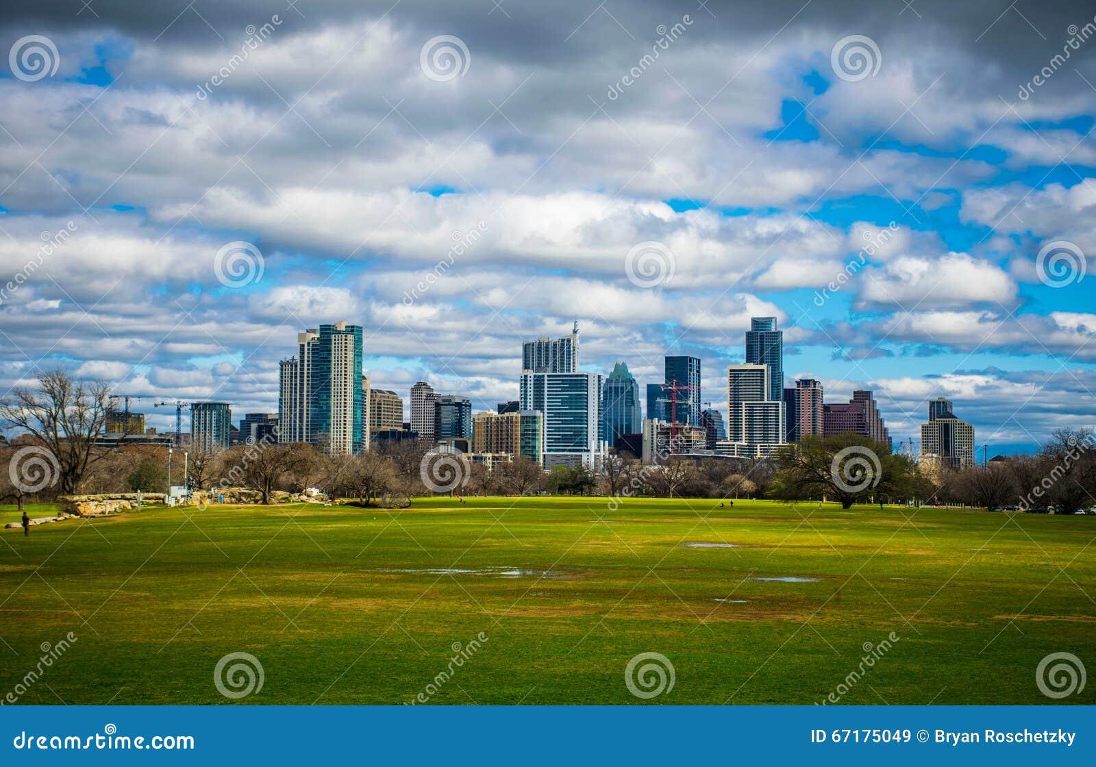 Vista 2016 dell orizzonte della primavera di Austin Texas Dramatic Patchy Clouds Early del parco di Zilker