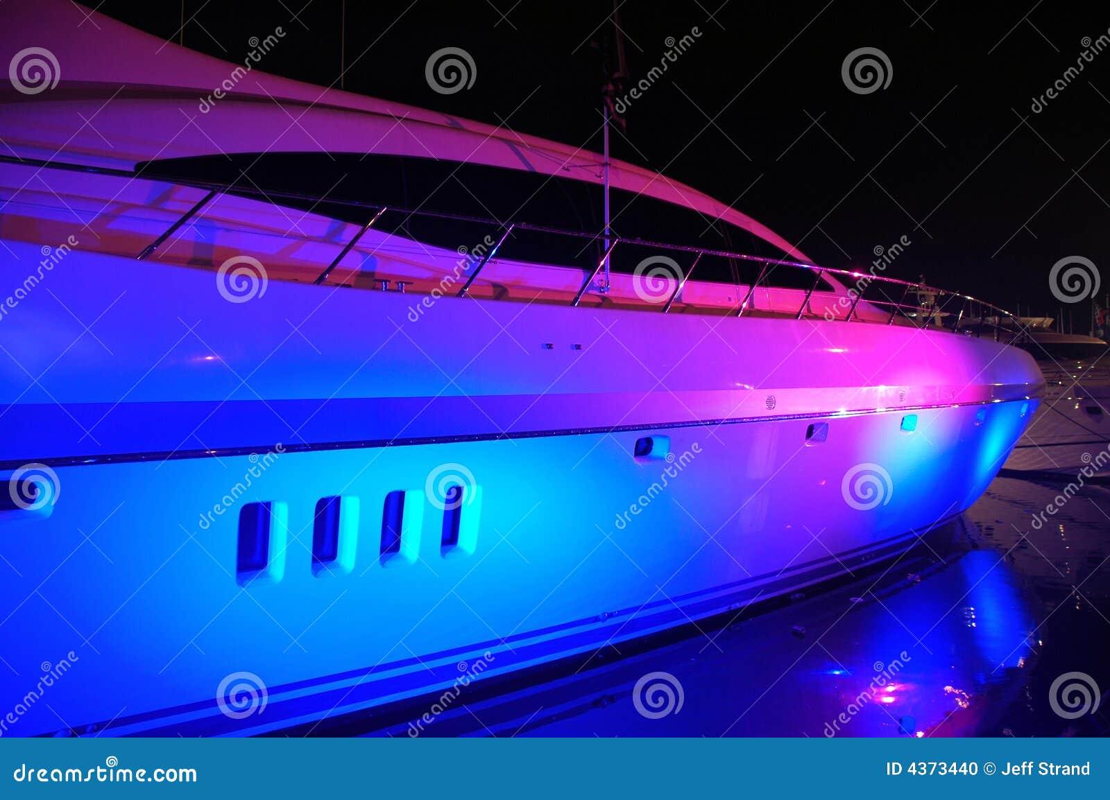 Vista dellyacht con illuminazione del partito in spiaggia del sud