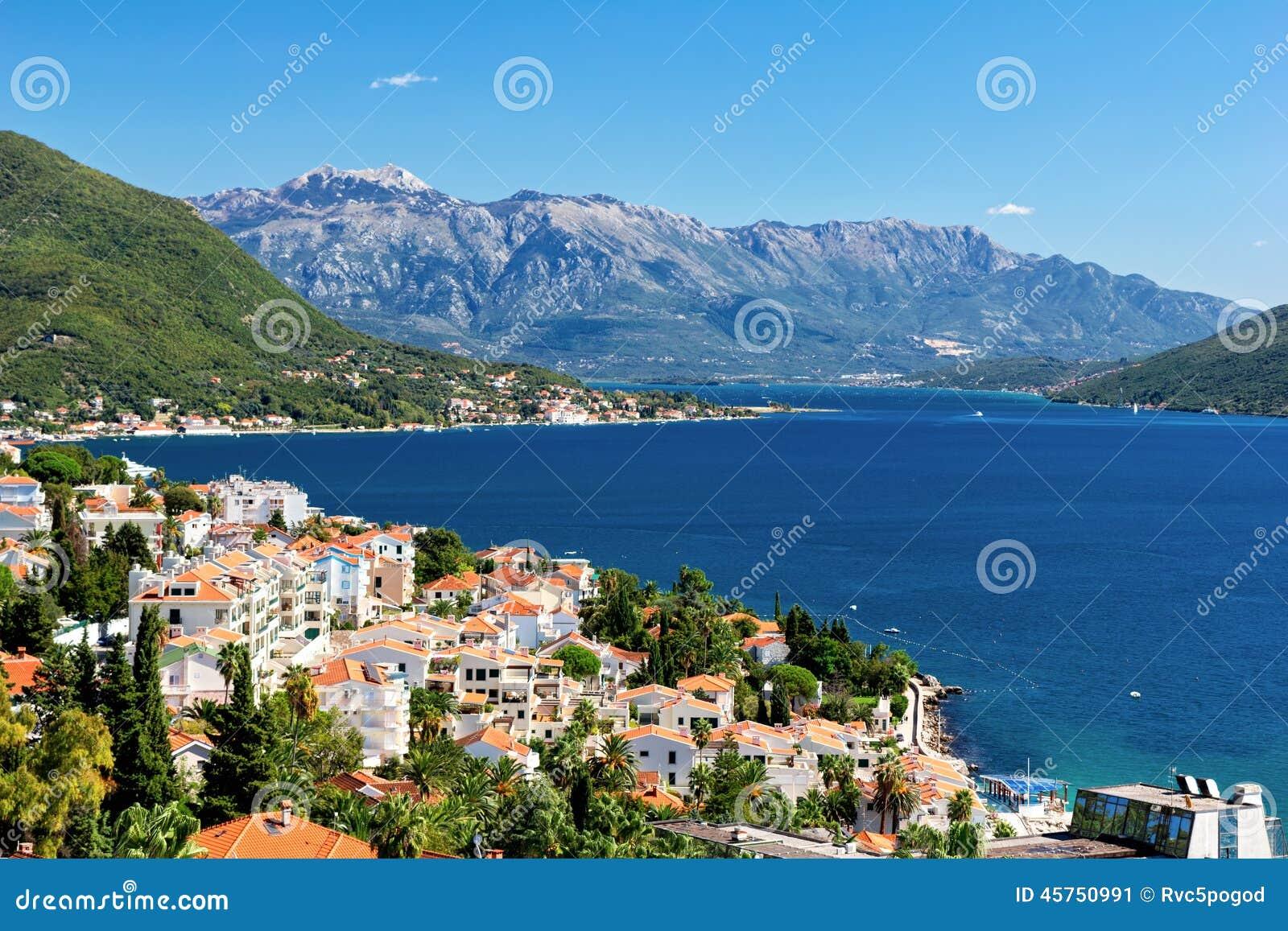 Vista della baia di Castelnuovo, Montenegro di Boka Kotorska
