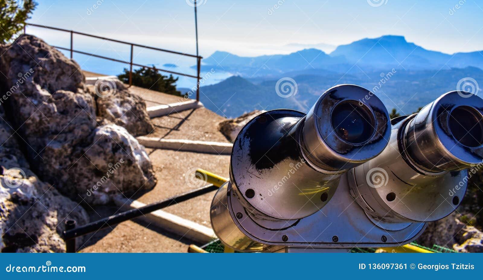 Vista della bandiera greca dalla cima della montagna