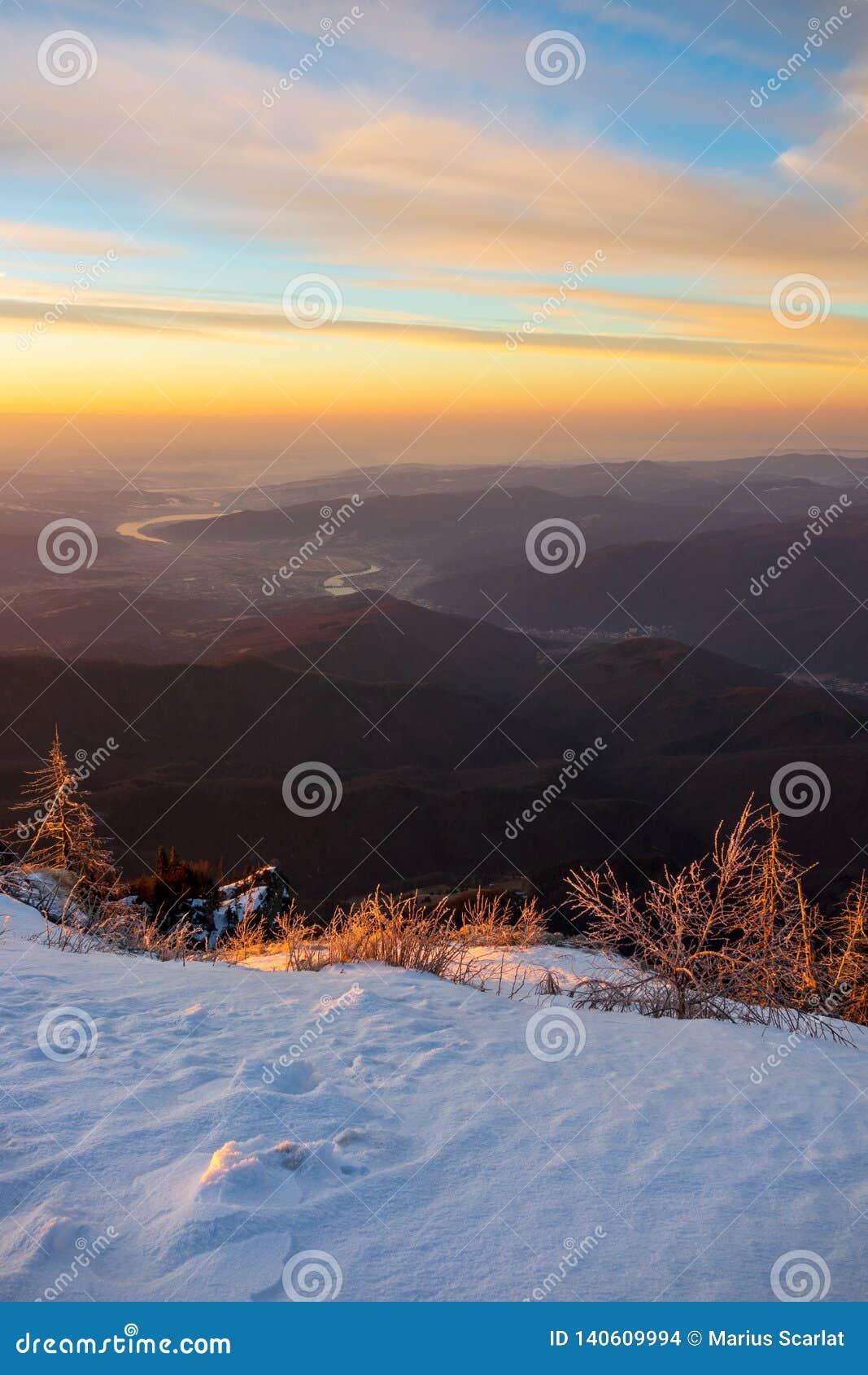 Vista della bobina del fiume di Olt attraverso le montagne