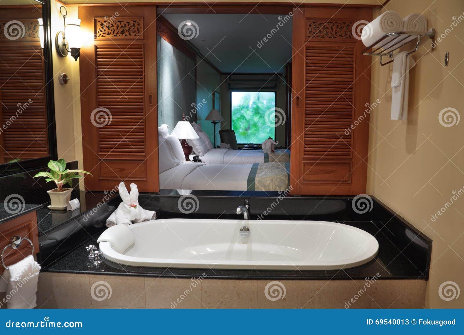 Vista della camera da letto dal bagno immagine stock - Descrizione della camera da letto ...