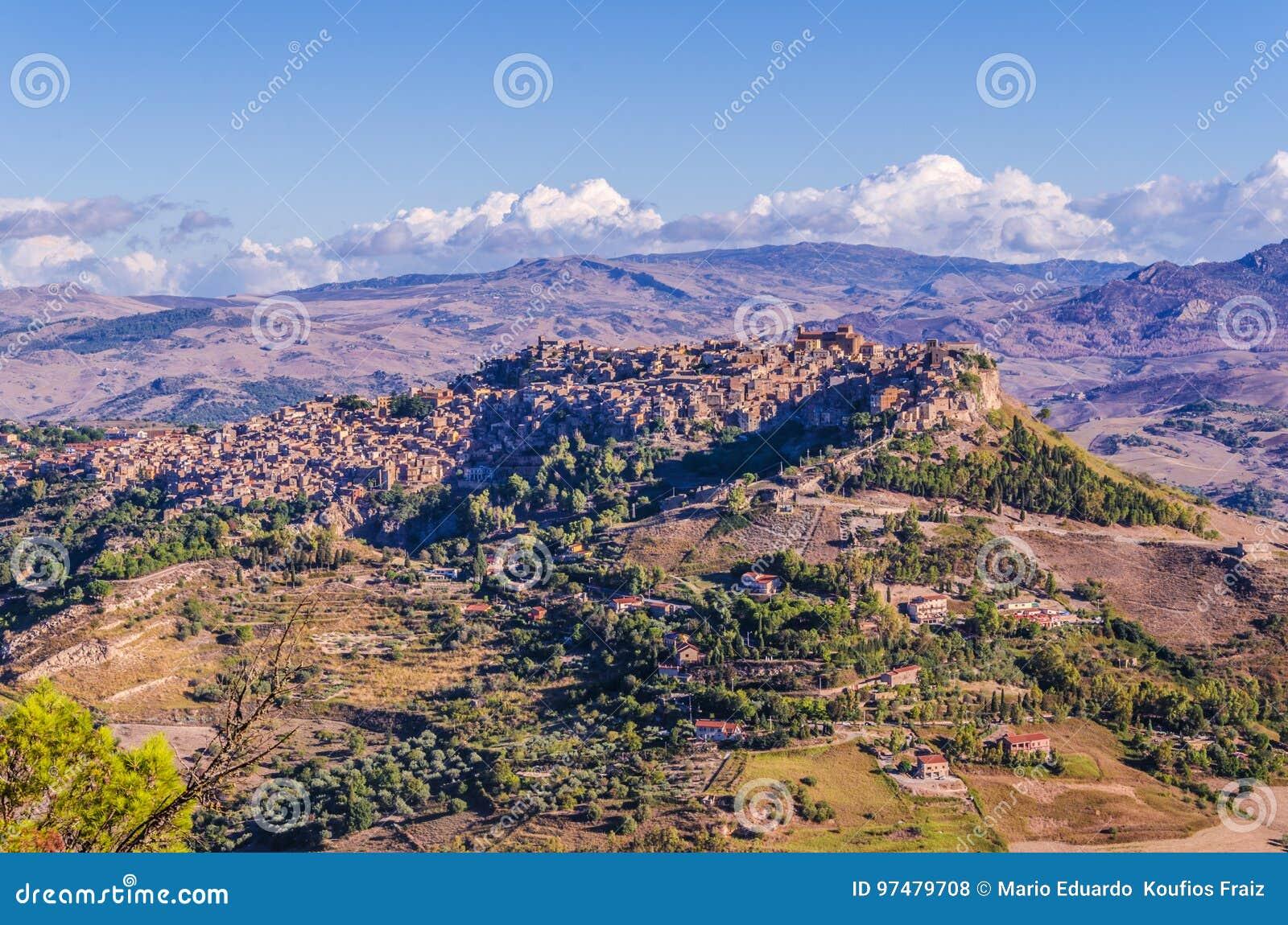 Vista della città del calascibetta dalla città di Enna