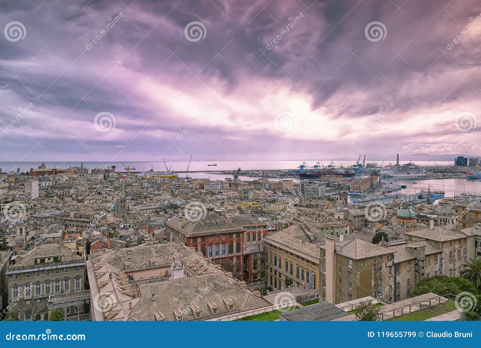 Vista della città di Genova al tramonto - Liguria - Italia