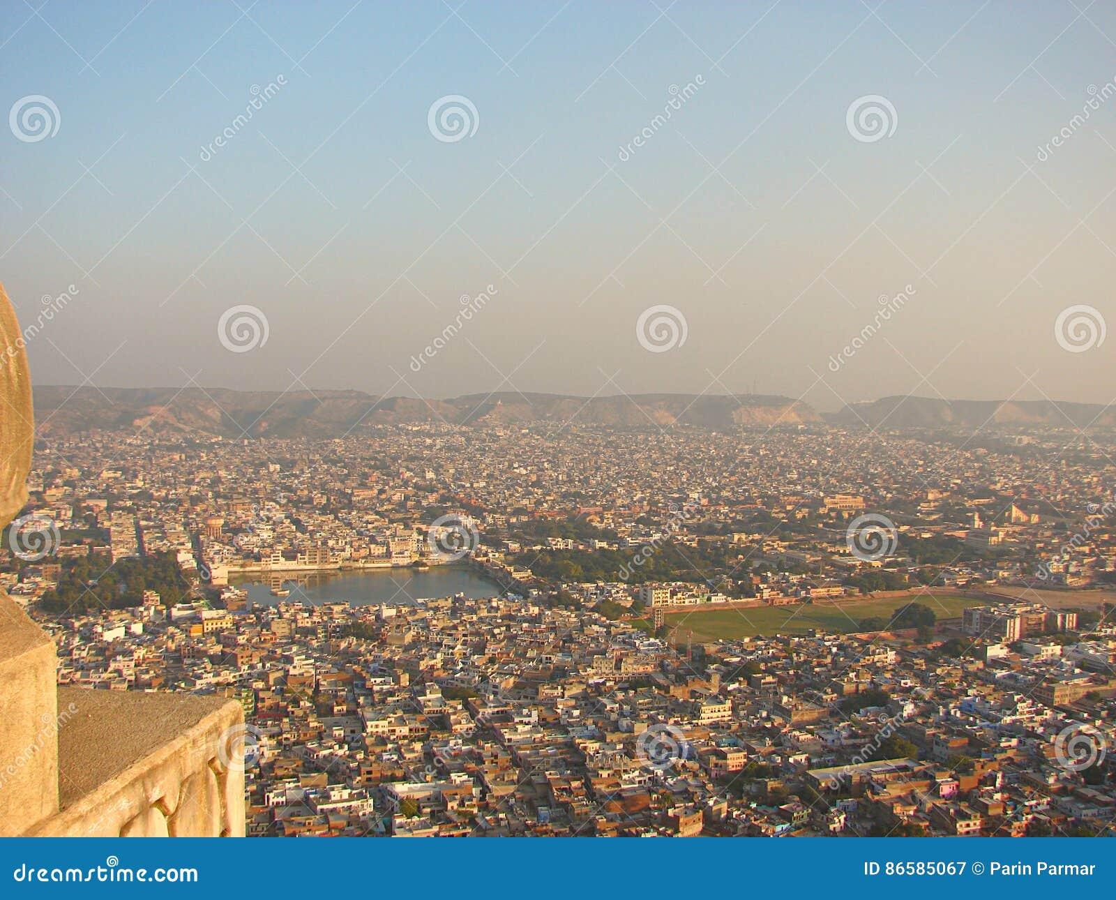 Vista della città di Jaipur dalla fortificazione di Nahargarh, Ragiastan, India