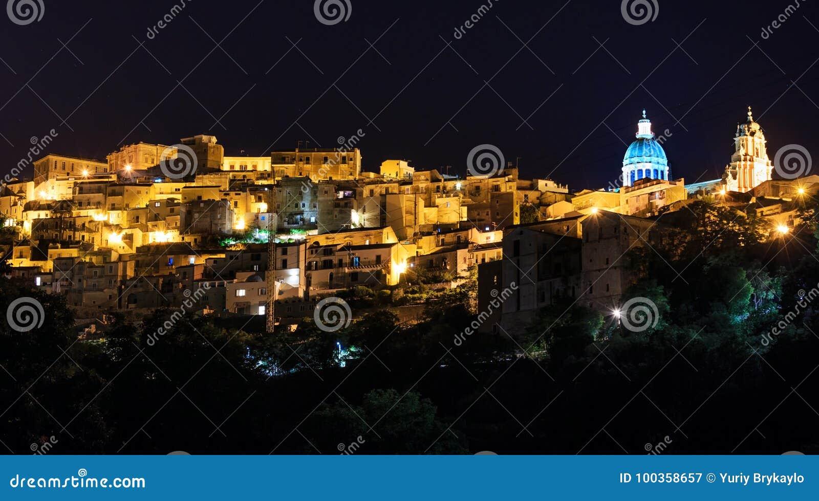 Vista della città di ragusa di notte sicilia italia immagine