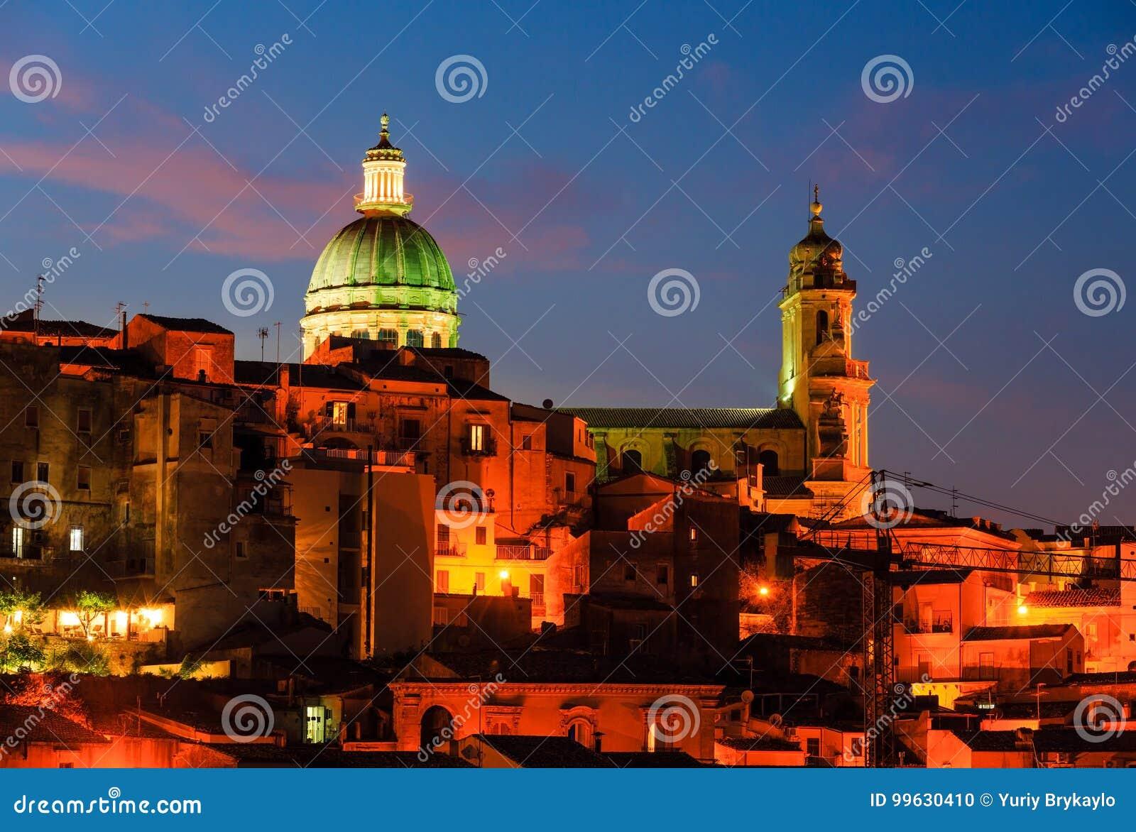 Vista della città di ragusa di notte sicilia italia fotografia