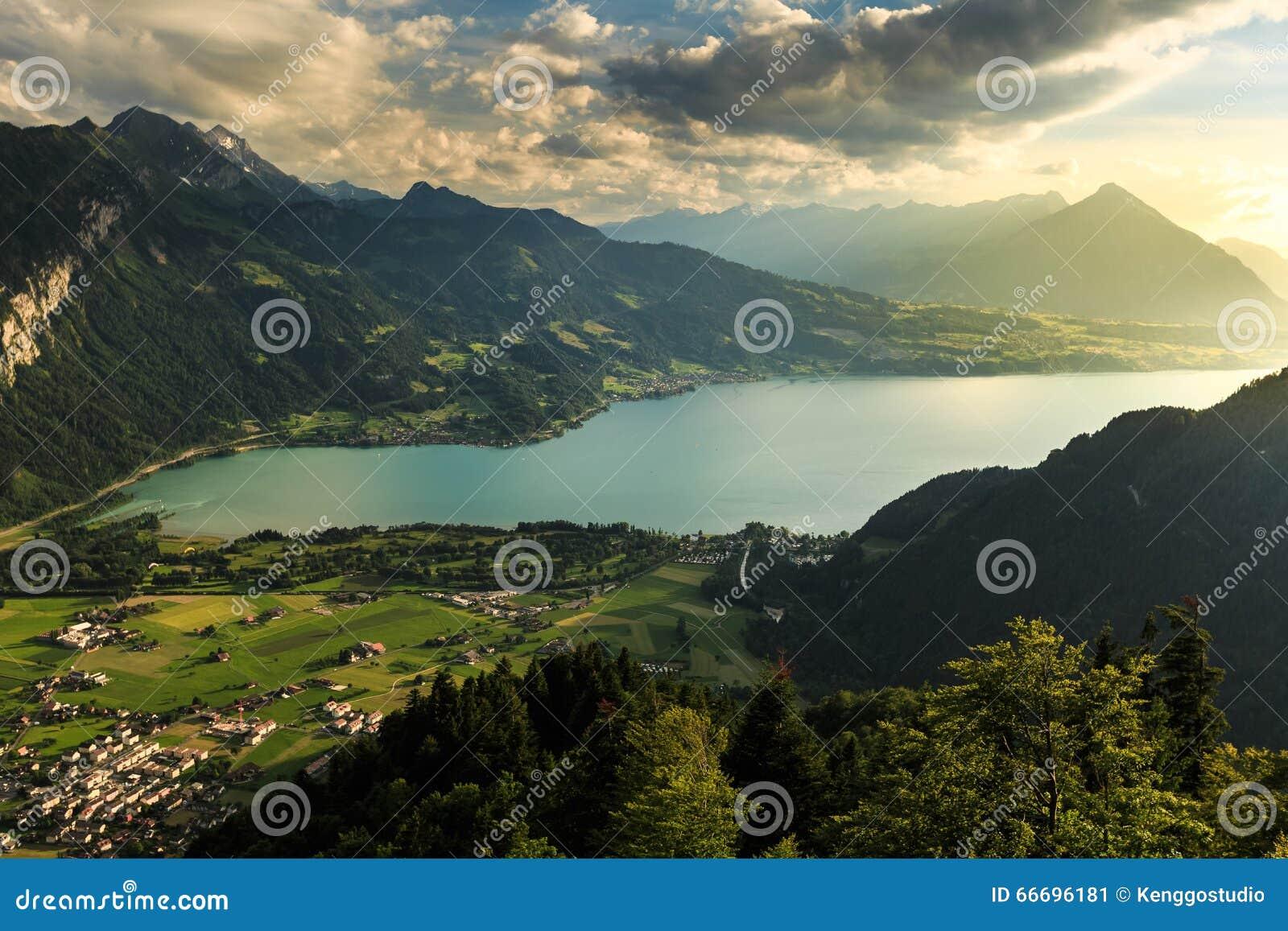 Vista della montagna e del lago a interlaken immagine for Planimetrie vista montagna