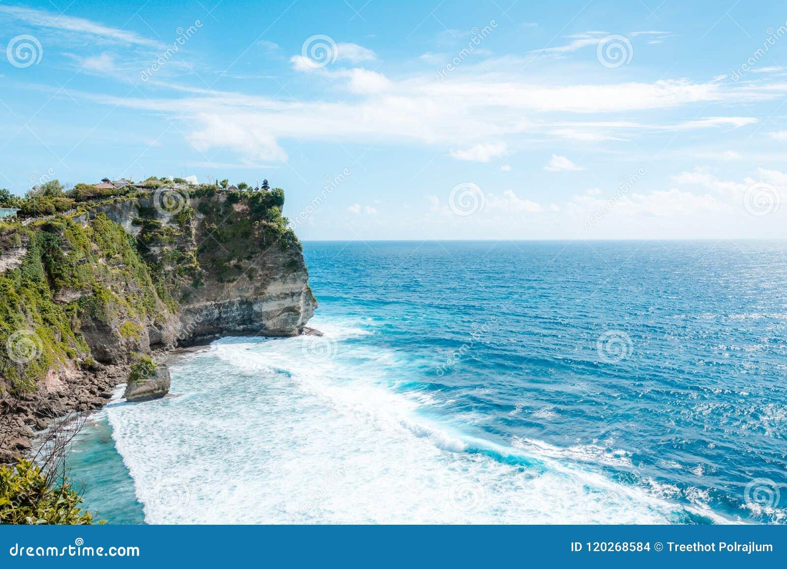 Vista della scogliera con le onde nel mare dal tempio indù Pura Luhur Uluwatu