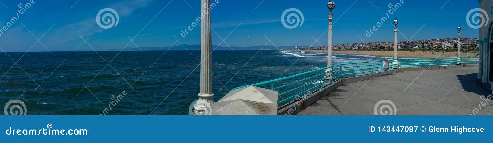Vista della spiaggia di California del sud dal pilastro su panorama di giorno soleggiato